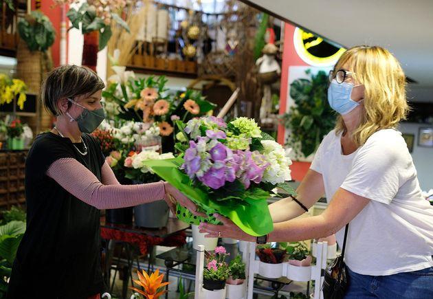 Preparazione dei mazzi di fiori in occasione della festa della mamma, Torino, 9 Maggio 2020 ANSA/ ALESSANDRO...