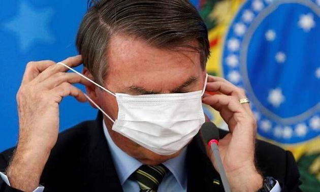 Jair Bolsonaro tratando de ponerse una