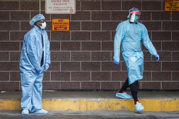 (자료사진) 미국 뉴욕 브루클린의 한 병원에 설치된 코로나19 검사소에서 보호복을 착용한 의료진들의 모습. 2020년