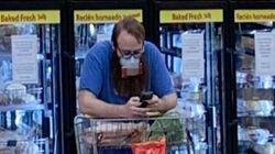 スーパーにナチスのかぎ十字をつけた買い物客。警察が立ちはだかって外すよう求める【新型コロナウイルス】