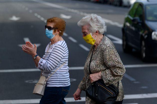 Dos mujeres paseando el 4 de mayo de 2020 (Juan Naharro Gimenez/Getty