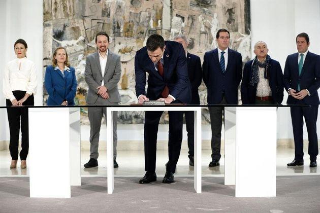 El presidente del Gobierno, Pedro Sánchez, firma con la patronal y los sindicatos el acuerdo para subir...