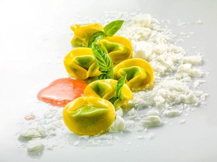 Tortellini al basilico con mozzarella liofilizzata e acqua all'insalata di pomodoro
