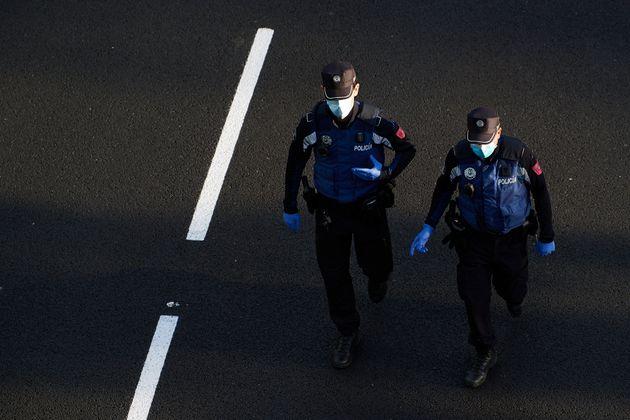 Dos policías municipales caminan por el Paseo de la Castellana en Madrid el 9 de mayo de 2020...