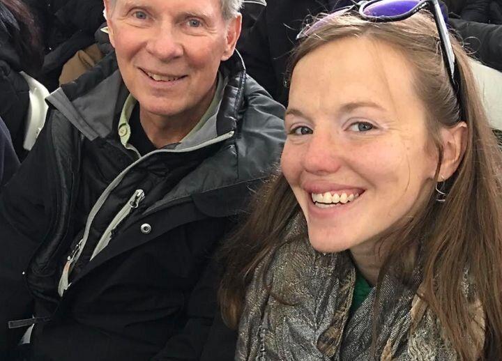 Laura con su padrastro, John Roberts, en la graduación de su hermano Tom en mayo de 2019.