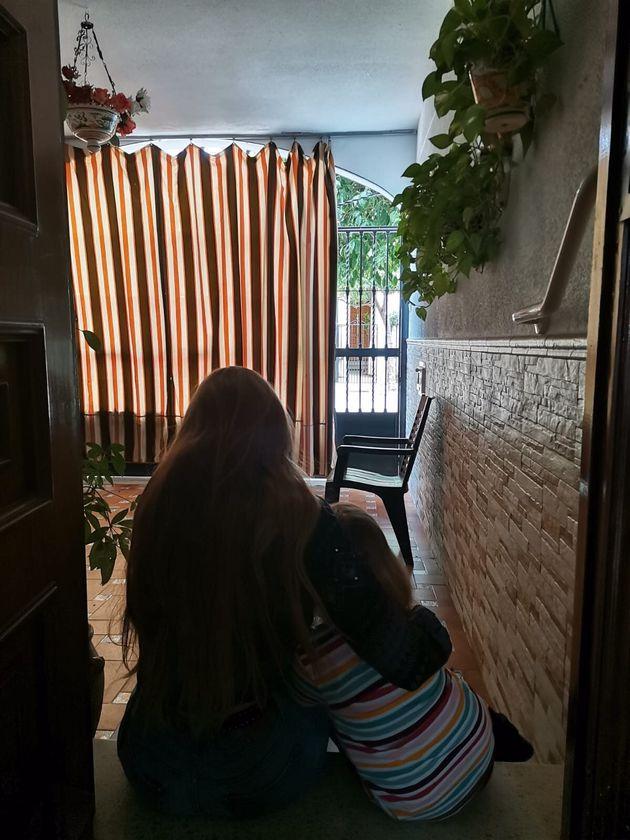 Lucía y Ana, sobrina e hija de Carmen, respectivamente, en la casa familiar de