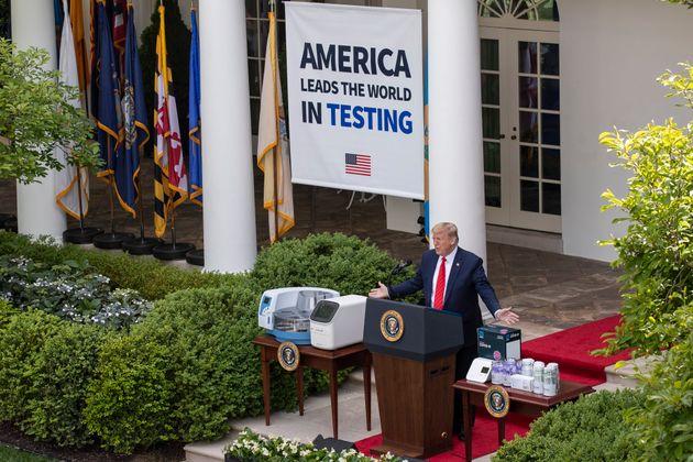 도널드 트럼프 미국 대통령이 백악관 로즈가든에서 열린 코로나19 브리핑에서 발언하고 있다. 2020년