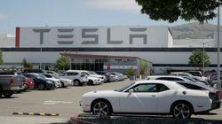 Ο Έλον Μασκ ξανανοίγει το εργοστάσιο της Tesla στην Καλιφόρνια παρά τις εντολές των