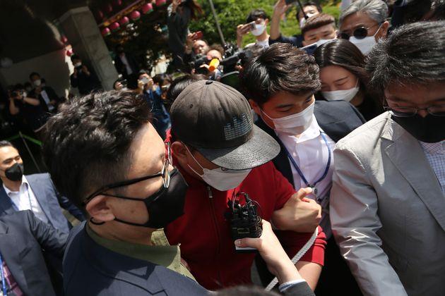 텔레그램 'n번방' 운영자 A씨가 12일 오전 대구지방법원 안동지원에서 열리는 구속 전 피의자 심문(영장실질심사)을 마친 뒤 법원을 나서고