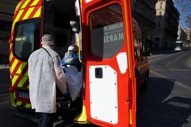 Des pompiers à Marseille, le 9 avril