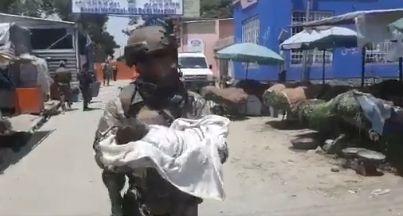 Uno de los soldados que ha rescatado a los bebés del ataque en