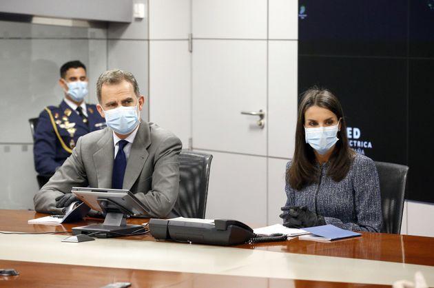 Letizia y Felipe, con guantes y
