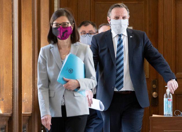 François Legault (droite) a indiqué que les masques artisanaux en tissu suffisent pour...