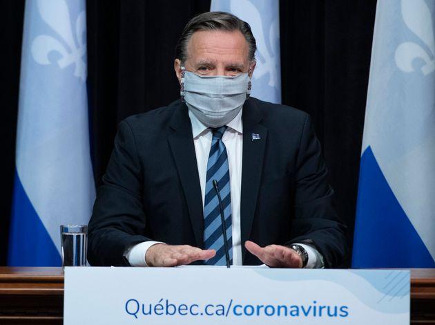 Le premier ministre québécois François Legault à une conférence de presse portant un masque, le mardi...
