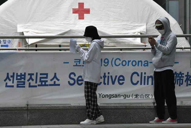 12일 서울의 한 선별진료소에서 검사를 받기 위해 줄 선