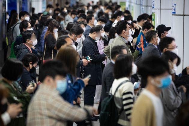 13일 서울 지하철 사당역 승강장에서 마스크를 착용한 시민들이 열차를 기다리고 있다. 서울시와 서울교통공사는 코로나19 감염위험을 줄이기 위해 '전동차 이용객 혼잡도 관리기준'을 마련,...