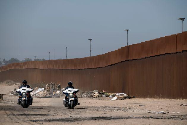 Des policiers mexicains patrouillant à la frontière américano-mexicaine dans l'État...