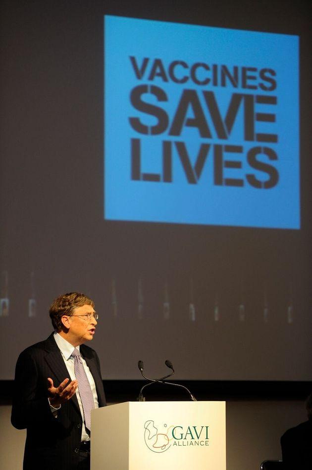 Gates dando un discurso en la Gavi Alliance, una organización para aumentar la inmunización...
