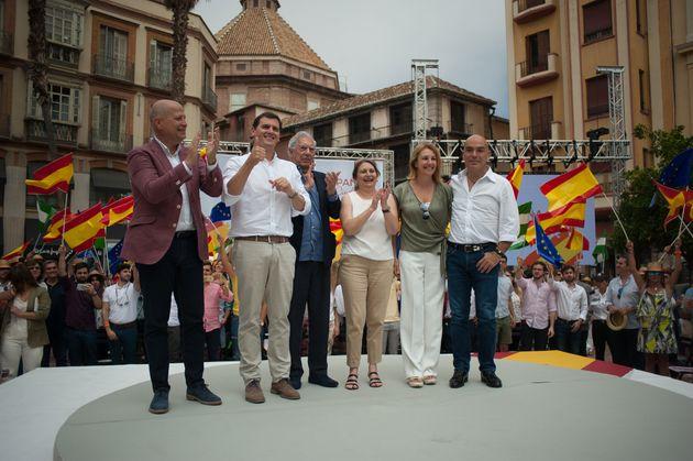 El presidente de Ciudadanos, Albert Rivera, junto al escritor Mario Vargas Llosa, el empresario Kike...