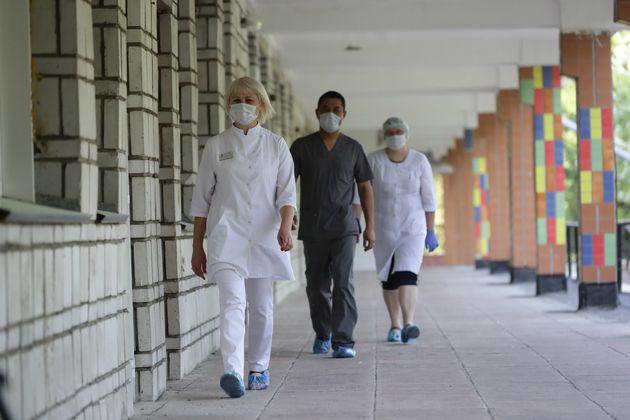 Tres médicos del hospital infantil de Novosibirsk (Rusia), que estos días se reconvertirá...