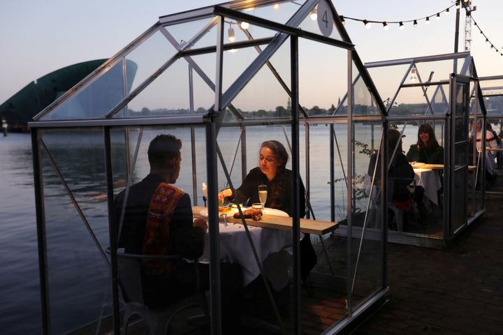 """""""Quarantine greenhouses"""" are tested at a restaurant in Amsterdam."""