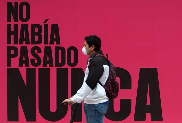 Un hommbre con un patinete en Málaga el 25 de abril de