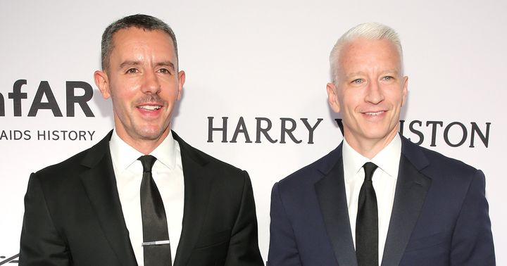 2015年、ニューヨークで開催された「amfARインスピレーション・ガラ」に出席した、ベンジャミン・マイサイさん(左)とアンダーソン・クーパーさん