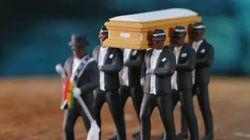 «Γιατί πρέπει να κλαις;» - Οι νεκροθάφτες που μεταφέρουν τον νεκρό στο φέρετρο χορεύοντας στην