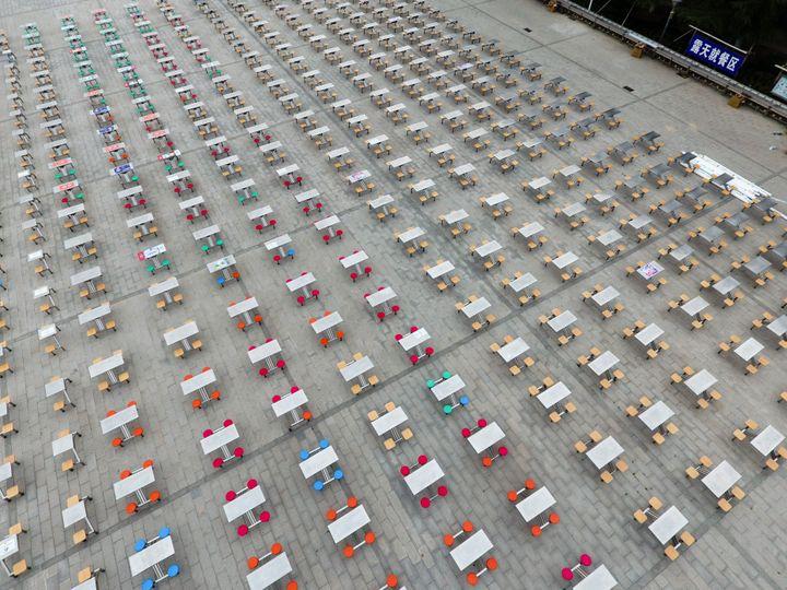 Ζενγκζού, Κίνα: Πλαστικά τραπέζια δείπνου έξω από καντίνα πανεπιστημίου, προετοιμασίες για την μετά κορονοϊό καθημερινότητα.