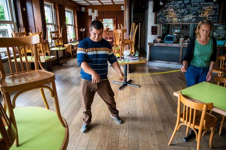 Οι ιδιοκτήτες του καφέ-εστιατορίου «Le Cade des Avenues» στην Σουηδία μετρούν για να τοποθετήσουν τα τραπέζια σε απόσταση δυο μέτρων το ένα με το άλλο και να υπάρξει απόσταση μεταξύ των πελατών.