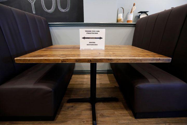 Ενα πλακάτ σε τραπέζι του εστιατορίου CraftWay Kitchen στο Τέξας υπενθυμίζει στους πελάτες να κρατούν τις αποστάσεις σύμφωνα με τις οδηγίες των Κέντρων Ελέγχου και Πρόληψης για τον κορονοϊό. «Σας ευχαριστούμε που εφαρμόζεται την κοινωνική αποστασιοποίηση», γράφει.