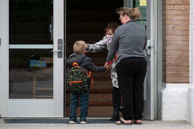 5월7일 미국 몬태나주의 한 학교 입구에서 등교한 학생의 체온을 재고