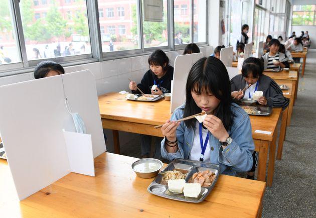 5월7일 중국 산둥성 짜오좡시의 한 학교에서 점심 시간 칸막이를 세워둔