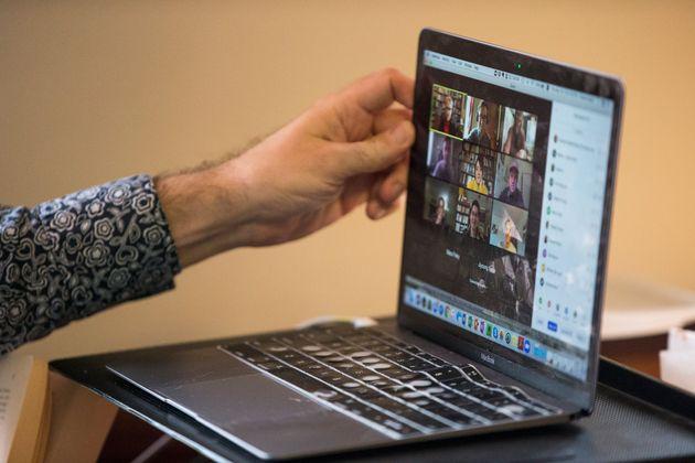 4월16일 미국 하버드대 박사과정 챈스 보나씨가 온라인으로 수업을 듣는