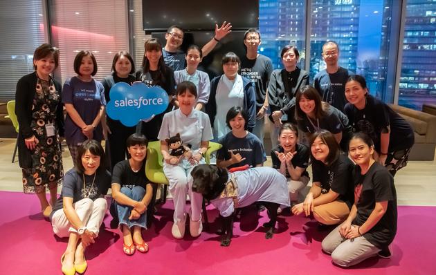 「Abilityforce」のメンバー。写真中央は、盲導犬であり、Salesforce社員の一員として活動したワカちゃん。