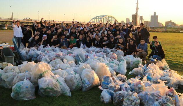 ゴミ拾いのボランティア活動をする「Earthforce」メンバー。こうした場で社員同士が関わることで、業務の円滑化にもつながっているそう。