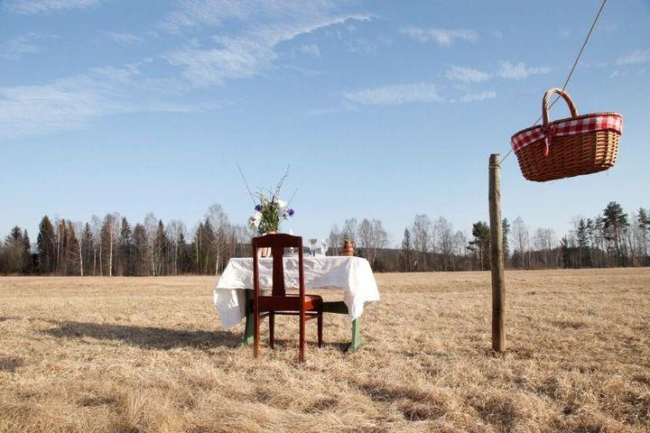 Manger à ciel ouvert dansun pré à Ransater, en Suède.