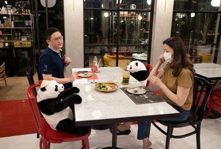 Vous pouvez manger avec des pandas dans ce restaurant à Bangkok.