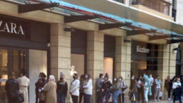 Zara riapre dopo il lockdown in Francia: 1 km di fila davanti al