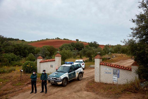 Una pareja de la Guardia Civil vigila el acceso a la finca Los Curas, este jueves, después de hallarse...