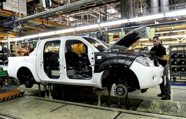 Un trabajador en la fábrica de Nissan en