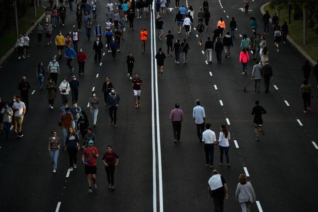 Personas paseando o haciendo deporte en Madrid durante la fase 0 del