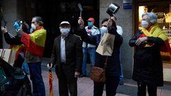 Decenas de personas vuelven a saltarse las medidas de seguridad para protestar en el Barrio de