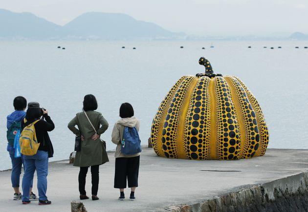 瀬戸内国際芸術祭/「南瓜」を見る観光客(2016年10月28日)