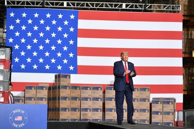 도널드 트럼프 대통령은 이날 물류시설을 둘러본 뒤 직원들 앞에서 선거운동 유세와 유사한 연설을 했다.앨런타운, 펜실베이니아주. 2020년