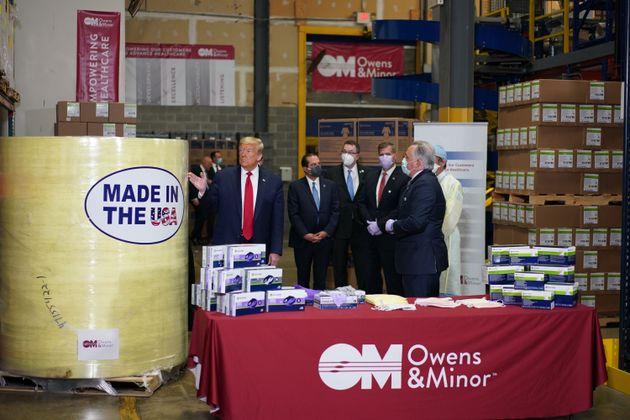 도널드 트럼프 미국 대통령이 마스크 공급 업체 '오웬스&마이너스'를 방문해 물류 시설을 둘러보고 있다. 앨런타운, 펜실베이니아주. 2020년