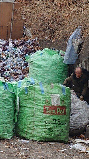 2018년 3월8일 서울시 장애인인권센터에 응급구조되기 전, 신씨가 서울 송파구 잠실야구장 적환장(주변 쓰레기를 모아두는 곳)에서 쓰레기를 정리하고