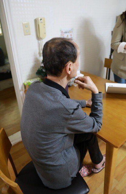5월4일 신태원(62·가명)씨와 박은상(64·가명)씨의 서울 양천구 자택에서 신씨가 거실에 앉아 복지관 생활을 설명하고
