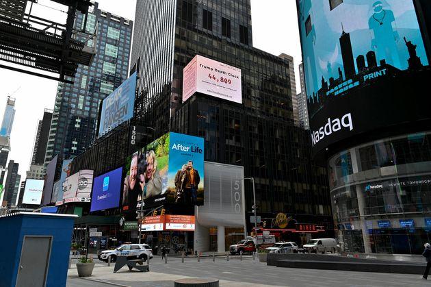タイムズスクエアに設置された「トランプ死の時計」。5月8日撮影