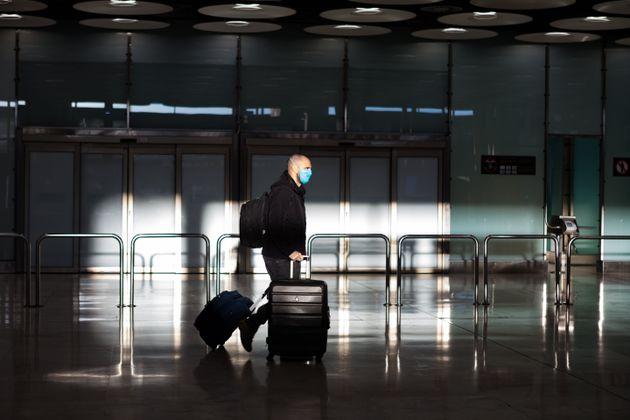 Un pasajero en el aeropuerto Adolfo Suárez Madrid-Barajas el 3 de abril de 2020 (David Benito/Getty